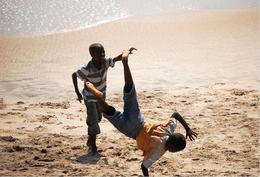 Sulla spiaggia di Cape Coast oggi si gioca. Non si pensa al passato né al futuro.