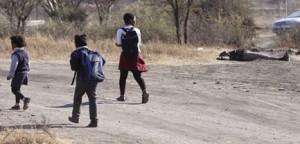 alcuni bambini vedono un corpo per terra mentre vanno a scuola