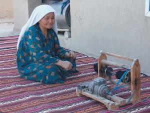 """Donna che fila il cotone. L'""""oro bianco"""" rappresenta la principale risorsa del Paese, ma alla raccolta si viene spesso si viene obbligati come """"lavoro forzato"""". Foto di Nuccia Decio ©"""
