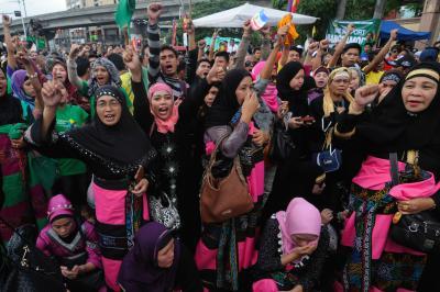 Donne filippine musulmane celebrano l'accordo di pace. Demotix / George Calvelo