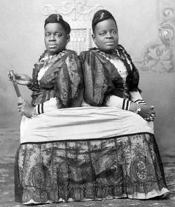 Millie & Christine McCoy, l'usignolo con due teste. Dall'album di Paul Townsend su Flickr, licenza CC.