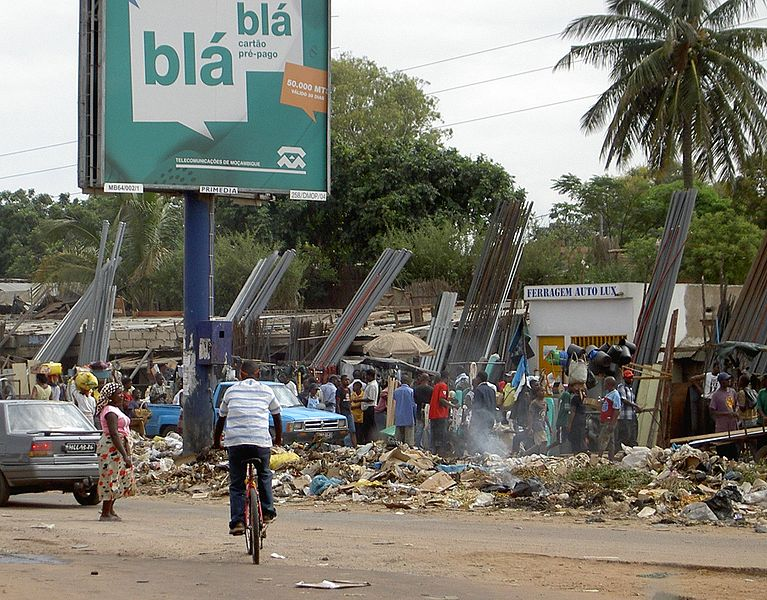 Mercato a Maputo, Mozambico, con cartellone di telefonia cellulare. Foto di AmigoDia via Wikimedia Commons (CC BY-SA 2.5)
