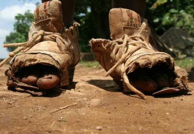 Risultati immagini per bambini poveri senza scarpe