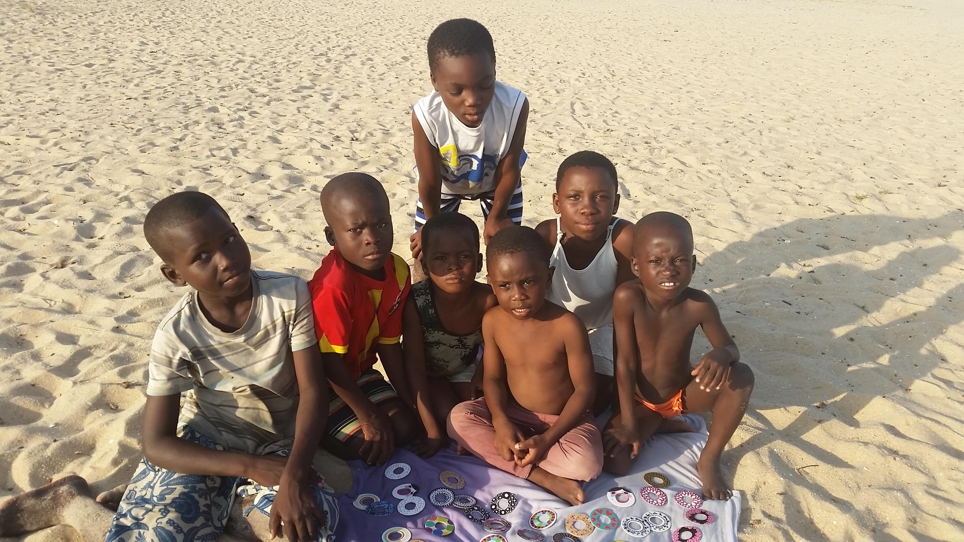 Bambini di Aflasco, Ghana, alle prese con un memory game, foto di Antonella Sinopoli