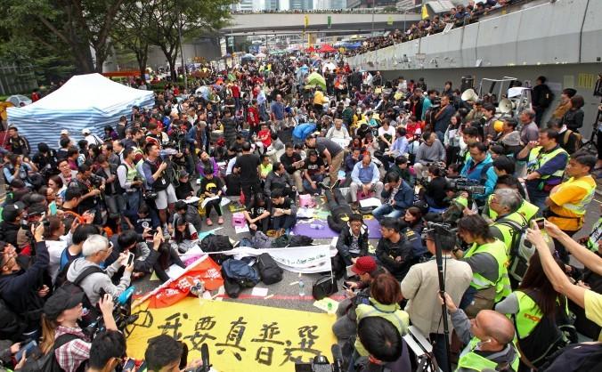 Dimostranti pro-democrazia e legislatori pan-democratici tengono un sit-in nella zona di protesta dell'Admiralty, a Hong Kong, l'11 dicembre 2014. (Poon Zai Shu/Epoch Times)
