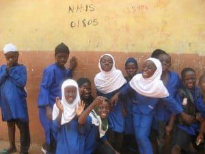 Ragazzi in blu, studenti di religione musulmana in una scuola ad Accra, Ghana. Di Jose Moya, su Flickr in licenza CC.