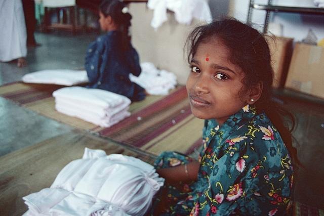 Lavoratrice della industria tessile, utenza ILO su Flickr, licenza CC.