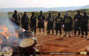 Miliziani ISIS bruciano strumenti musicali, probabilmente su territorio libico, da International Business Times con licenza di riutilizzo.