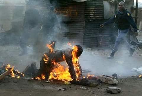 Scontri xenofobi a Johannesburg, la vittima era un immigrato mozambicano, maggio 2008. STRINGER/AFP/Getty Images