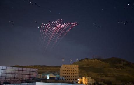 Colpi di anti-aerea illuminano il cielo notturno a Sanaa durante le incursioni dell aviazione saudita. Flickr / Alaa Assamawy.