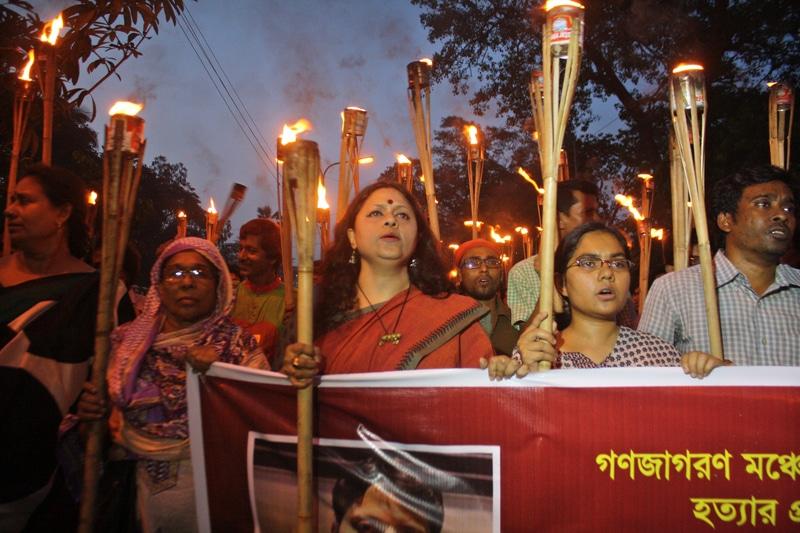 Bengalesi organizzano una veglia per l'assassinio del blogger Ananta Bijoy Das. Foto Demotix/Mamunur Rashid ripresa da openDemocracy.