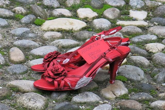 Scarpe rosse, simbolo della lotta alla violenza sulle donne. Foto dell'utente Flickr ho visto nina volare, rilasciata in licenza CC ( BY-SA 2.0)