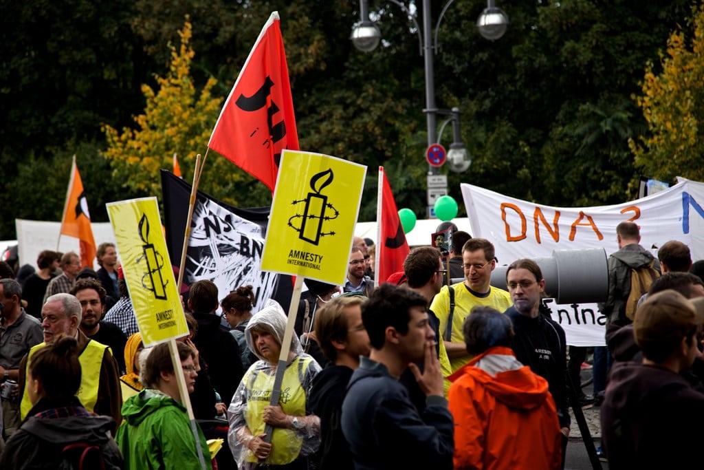 Manifestazione di protesta di Amnesty International, foto dell'utente Flickr mw238 su licenza CC.