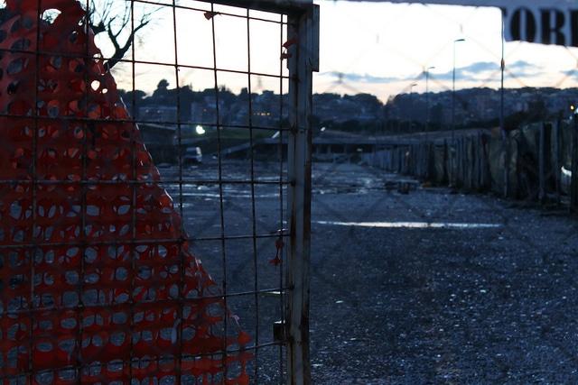 Desolazione dopo lo sgombero campo Rom. Roma sud, vicolo Savini. Foto dell utente Flickr Alexander Damiano Ricci su licenza CC, 24 gennaio 2013.