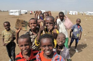 A group of school children at the Kakuma Refugee Camp in Kenya. (Katie Allan/JRS su licenza CC)