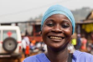 Infermiera operante contro Ebola a Freetown, Sierra Leone. Foto di UNMEER/Martine Perret su Flickr, licenza CC.