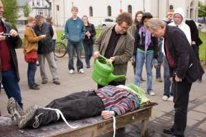 Dimostrazione di un 'waterboarding' durante una manifestazione in Islanda in occasione della visita di Condoleezza Rice, maggio 2008.