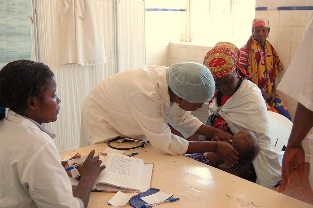 Trattamento della malaria in Angola, foto di Alison Bird su Wiki Commons, pubblico dominio.