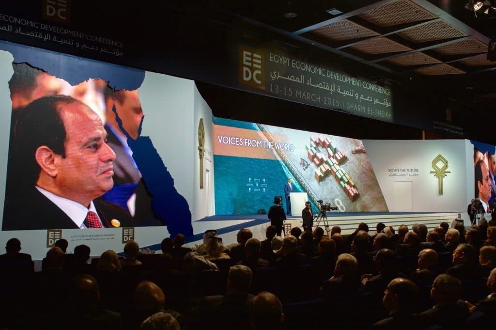 Il presidente al-Sisi assiste a un intervento del Segretario di Stato americano John Kerry a una conferenza sullo sviluppo economico, Sharm el-Sheikh marzo 2015, da Commons Wikipedia.