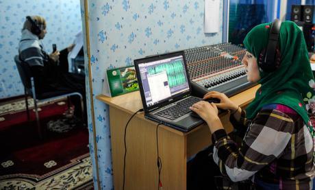 Produttrice e presentatrice al centro radio di Kunduz, Afghanistan. Flickr/ ADB su licenza CC.