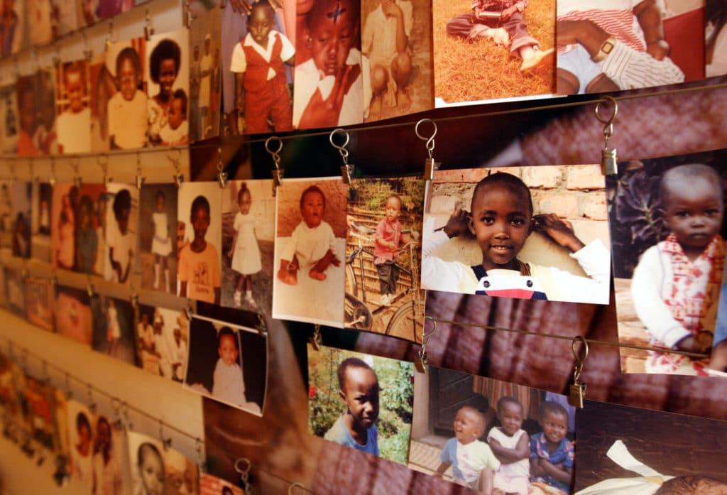 Museo del Genocidio a Kigali. Alcune foto dei bambini massacrati nei giorni della follia. Foto di DFID pubblicata su Flickr con licenza CC BY-NC-ND 2.0