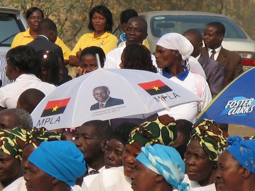Sostenitori del partito di governo MPLA, foto di nathanhj su Flickr, licenza CC.