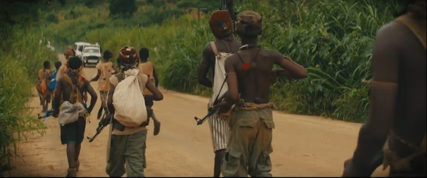"Screenshot dal film ""Beasts of No Nation""."