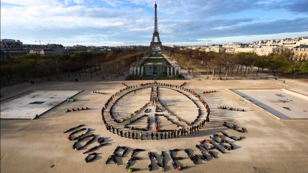"""""""100% rinnovabile"""". Installazione vivente per la pace e per la difesa dell&#39ambiente ideata dall&#39artista John Quigley in occasione della conferenza COP21. Immagine ripresa da Greenpeace."""