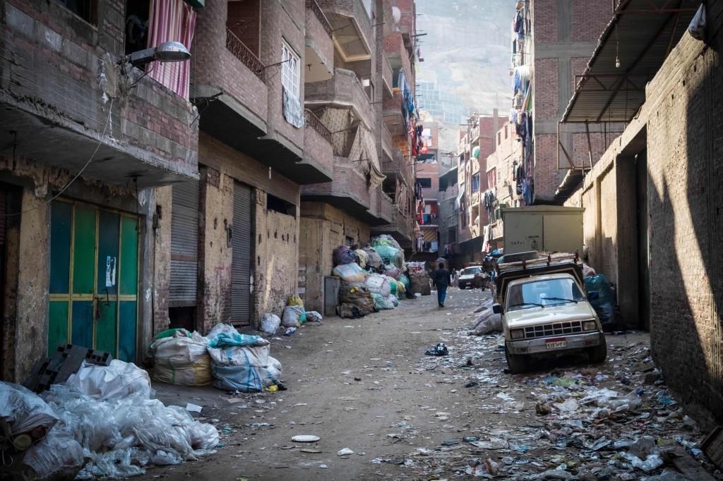 Uno dei vicoli straripanti di immondizia di Muqattam. Foto di Angelo Calianno su licenza CC.