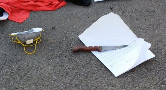 Il coltello e la lettera di suicidio di una giovane donna palestinese Rasha Ahmad Hamed 'Oweissi uccisa in un tentativo di accoltellamento lo scorso 9 novembre. Foto del Ministero delle Difesa istraeliano.