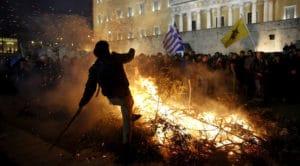 Proteste degli agricoltori greci contro l'annunciata ultima riforma delle pensioni davanti al Parlamento, Atene, 12 febbraio 2016. © Yannis Behrakis / Reuters