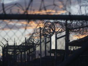 Il tramonto sulla Baia di Guantanamo visto dalla prigione militare