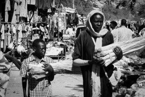 Mamma e figlio nel centro del villaggio di Dilling, primo centro nella zona più a rischio del Sud Kordofan. Foto di Angelo Calianno.