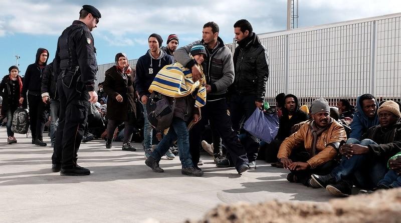 A Lampedusa le autorità aiutano i migranti provenienti dalla Libia a sbarcare, Febbraio 2015. Foto ripresa da Flickr/Jordi Bernabeu Farrus. Alcuni diritti riservati.