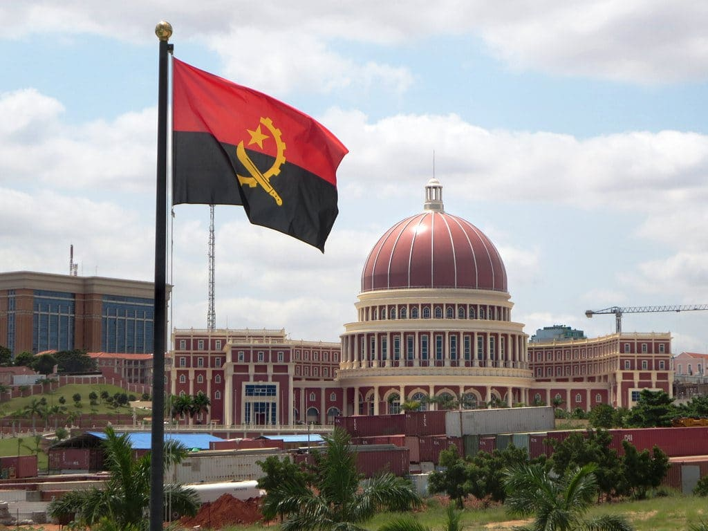 Edificio dell'Assemblea Nazionale - Luanda, foto Flickr dell'utente David Stanley su licenza CC.