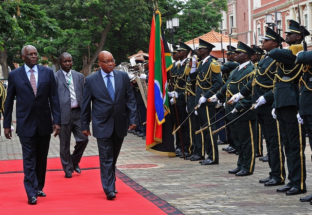 Il Presidente Jacob Zuma insieme al Presidente Dos Santos, foto Flickr dell utente Government ZA su licenza CC.