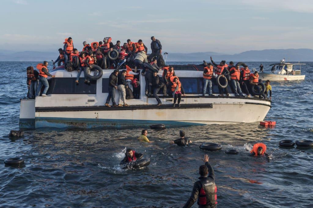 Rifugiati siriani e iracheni in arrivo dalla Turchia sbarcano sull'isola di Lesbo, 30 ottobre 2015, Wikimedia Commons