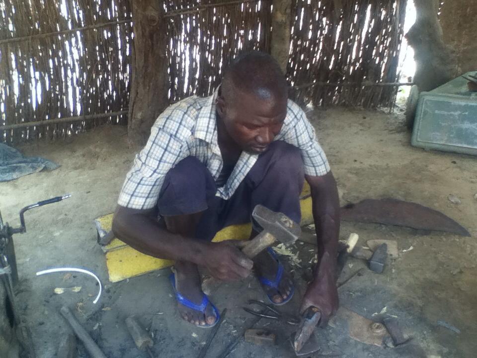 Fabbro soninké a Tourimé (Bakel), 2013, foto di Saliou Dit Baba Diallo dal blog http://migrinter.hypotheses.org/