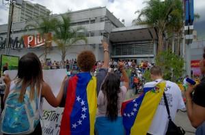 Proteste contro l'assenza di cibo fuori da un superma, a Caracas. Carlos Diaz in CC