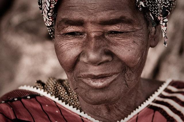 Utente Flickr Eric Montfort – Anziana del Burkina Faso (CC)