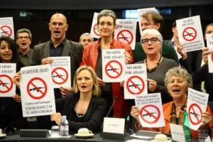Un gruppo di parlamentari protesta contro il rifornimento di armi al governo di Assad, nonostante l'embargo europeo. Aprile 2012
