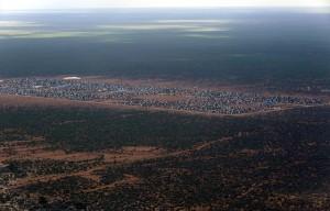 Veduta aerea del campo Ifo 2 di Dadaab, sul confine somalo-keniano. Tutto il campo ha un'estensione di 50 chilometri quadrati (UN Photo/Evan Schneider, 2014, CC)