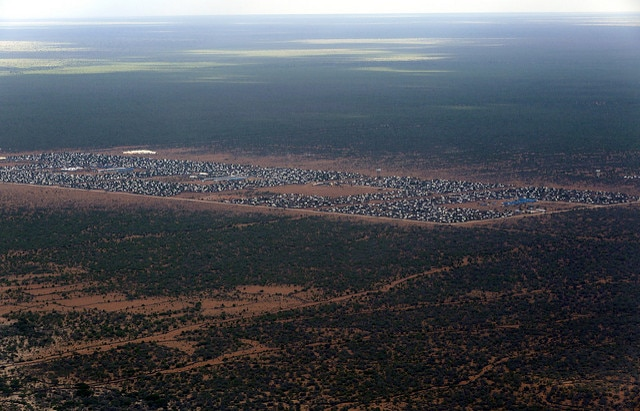 Veduta aerea del campo Ifo 2 di Dadaab, sul confine somalo-keniota. Tutto il campo ha un'estensione di 50 chilometri quadrati (UN Photo/Evan Schneider, 2014, CC)