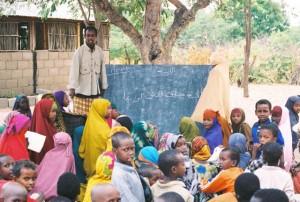 Una classe di bambini somali nel campo profughi di Dadaab (public domain)