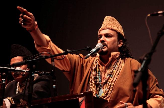 Amjad Sabri canta a Budapest, febbraio 2012. Schermata da You Tube