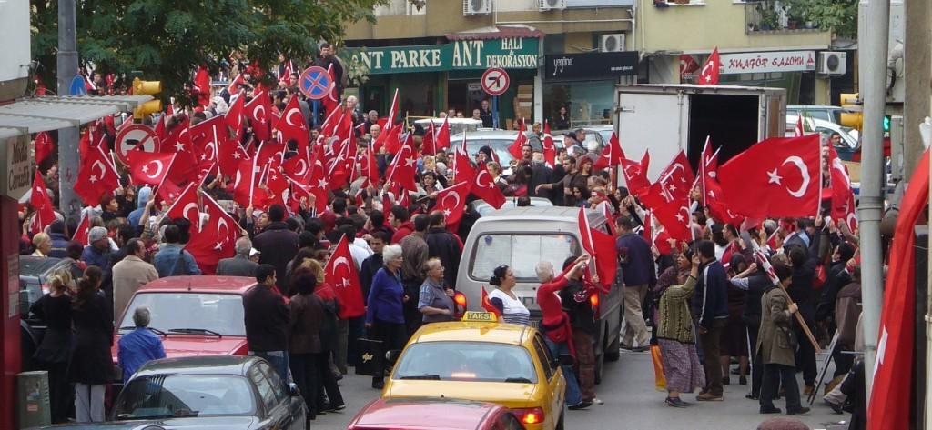 Manifestazione contro il PKK a Istanbul, 2007. Da Wikipedia su licenza CC BY-SA 3.0