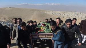 La bara di un giornalista vittima di un attentato Taliban