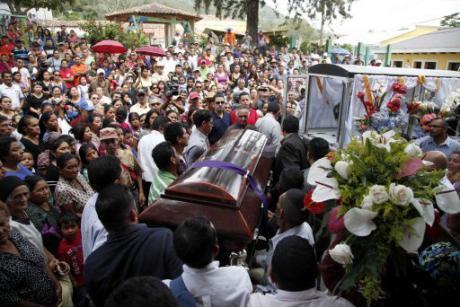 Le persone trasportano la bara di Lesbia Janeth Urquia, un'attivista per i diritti ambientali e indigeni, fuori dalla chiesa di Marcala, in Honduras, venerdì 8 luglio 2016. AP Foto Fernando Antonio. Tutti i diritti riservati.