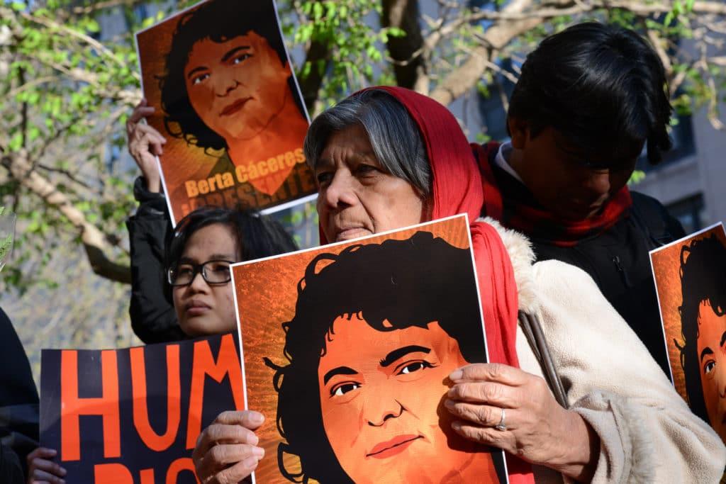 Donne chiedono giustizia per Berta Cáceres, leader indigena assassinata nella propria casa per il suo impegno contro il progetto di una diga in Honduras. Foto dell'utente Flickr CIDH in licenza CC.
