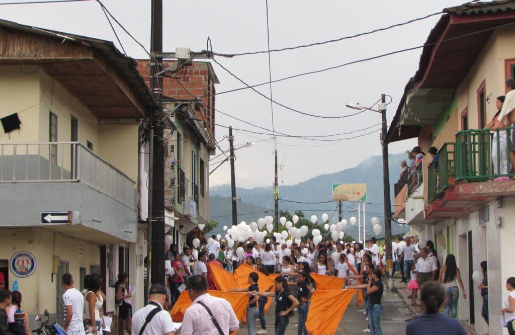 A San Carlos, il governo locale spesso promuove manifestazioni per la pace. Ma i partecipanti sono poche centinaia: la maggior parte della gente si ferma sui balconi a guardare.